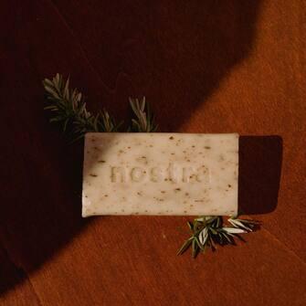 Nos savons artisanaux sont fabriqués à Peyruis dans les Alpes-de-Haute-Provence selon une méthode respectant l'héritage centenaire de la saponification en Provence.  Naturels à 99% et disponibles en 9 senteurs fraîches et olfactivement audacieuses.  Des bons savons, tout simplement. ❤️🍋  #nostra#nostracosmetics#cosmetiquenaturelle#madeinfrance#mediterraneanlife#marseille#cantona#naturesauvage#35mm#portra400#productphotography#suddelafrance#lifestyle#photography#photooftheday#skincare#skincareroutine#senteursdusud #soldes